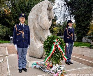 """La Compagnia d'Onore della Polizia di Stato al Monumento """"L'Abbraccio"""" per gli onori ai Caduti delle Forze dell'Ordine e del Soccorso"""
