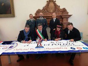 Nella foto le fasi della firma con Gianluca Guerrisi (Una Grassa Domenica ARGOS) e Maria Flora Giammarioli (Presidente Ente Carnevalesca Fano) alla presenza del Sindaco Seri