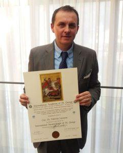 Il dr Fabrizio Locurcio Vice Presidente dell'Associazione ARGOS Forze di Polizia con il Premio Internazionale Cavaliere di San Giorgio