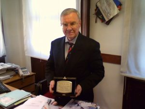 Nella foto il dr Gino Falleri riceve la targa di Presidente Onorario da parte del Direttivo di Presidenza dell'Associazione ARGOS Forze di Polizia