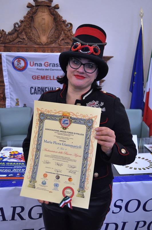La Presidente del Carnevale di Fano Maria Flora Giammarioli con il titolo di Ambasciatore delle Buone Azioni