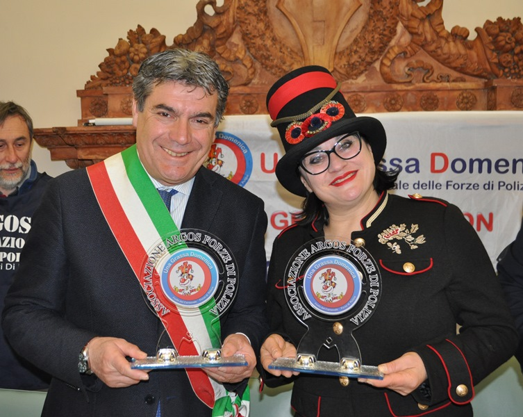Il Sindaco di Fano dr Massimo SERI e la Presidente dell'Ente Carnevalesca Maria Flora GIAMMARIOLI con la targa simbolo Una Grassa Domenica Festa del Carnevale delle Forze di Polizia ARGOS