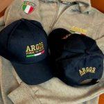 Gadget ARGOS Associazione Forze di POLIZIA. Cappellini tipo baseball e Felpa con doppi ricami a filo a colori