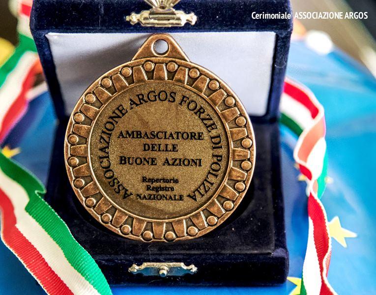 Medaglia di Bronzo Ambasciatore delle Buone Azioni - ARGOS Forze di Polizia - Rilasciata con numero Repertorio Registro Nazionale alle persone selezionate da apposito Consiglio Direttivo ARGOS Associazione Forze di Polizia