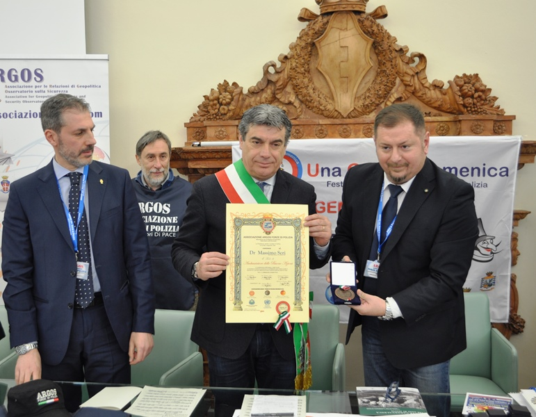 Fano, 24 febbraio 2019, Sala della Concordia del Comune, il Sindaco di Fano dr Massimo SERI riceve il titolo di Ambasciatore delle Buone Azioni con decreto ARGOS Associazione Forze di Polizia