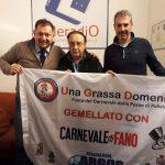 2019 - Roma - Studi di Elleradio 88,100 FM - Il celebre giornalista della RAI e Direttore Radio Ezio Luzzi con Gianluca Guerrisi e Fausto Zilli per sponsorizzare il gemellaggio tra Una Grassa Domenica Festa del Carnevale delle Forze di Polizia con il Carnevale di Fano