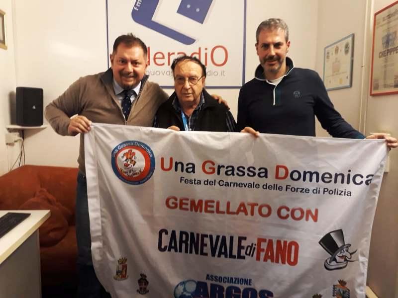 2019- Roma - Studi di Elleradio 88,100 FM - Il celebre giornalista della RAI e Direttore Radio Ezio Luzzi con Gianluca Guerrisi e Fausto Zilli per sponsorizzare il gemellaggio tra Una Grassa Domenica Festa del Carnevale delle Forze di Polizia con il Carnevale di Fano