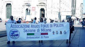 Milano (Lombardia), foto al Duomo con la Sezione Locale dell'Associazione ARGOS Forze di POLIZIA
