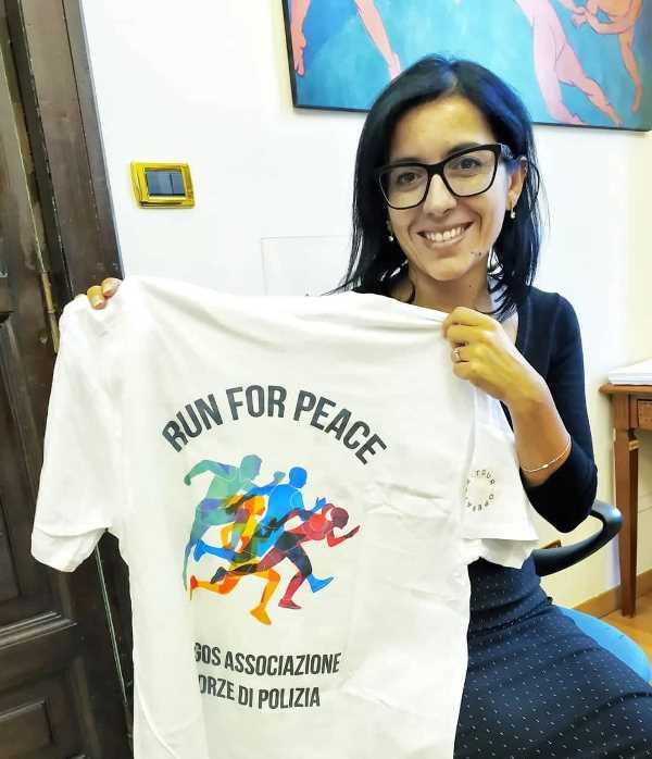 Il Ministro della Pubblica Amministrazione Avv. Fabiana Dadone con la maglia ARGOS 2019 della Run for Peace - Via Pacis