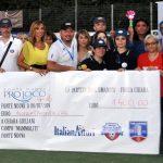 Foto di Gruppo con i volontari dell'Associazione ARGOS Forze di POLIZIA con gli assegni dell'importo ricavato dalla raccolti fondi pari a 2.400 euro a favore della piccola Chiara