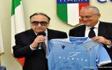 Claudio LOTITO consegna la maglia di gioco Lazio Femminile ad Ezio LUZZI