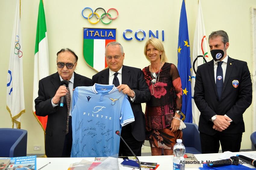 Ezio LUZZI - Il Presidente della S.S. Lazio consegna la maglia della squadra femminile - CONI