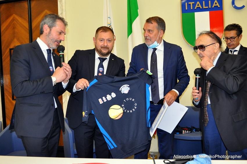 Marco TARDELLI consegna maglia gioco ARGOS Soccer TEAM Forze di POLIZIA
